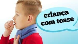 Percebeu que seu filho anda tossindo? Então preste atenção nos sintomas. A pediatra Debora Kalman explica quais são os tipos possíveis, características e sinais de risco da tosse em crianças.