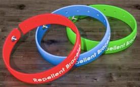 Os estudos científicos mostram que a pulseira contendo repelente protege apenas uma área pequena do corpo, que fica bem próxima à pulseira