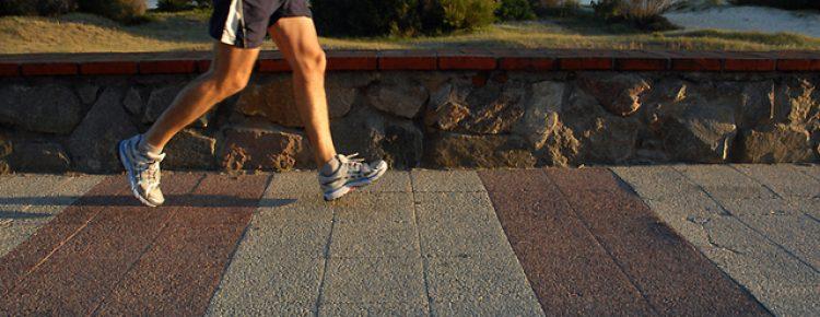 homem correndo em uma ponte